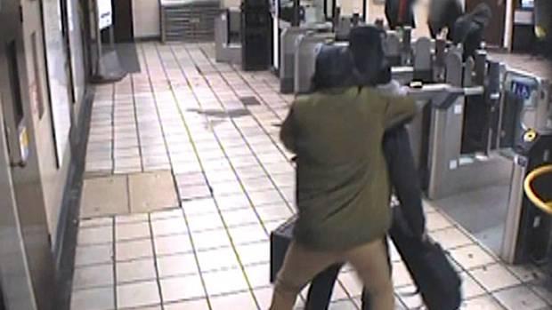 Bilder einer Überwachungskamera in der Londoner U-Bahn zeigen, wie Muhaydin M. im Dezember 2015den Musiker Lyle Zimmerman mit einem Messer angreift und versucht, ihm den Kopf abzutrennen.