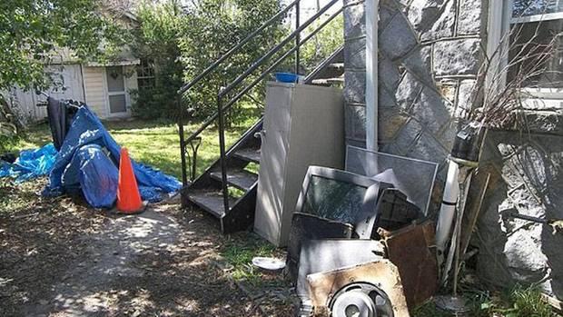 Hinter dem Haus befindet sich ein Cottage und eine Menge Müll.