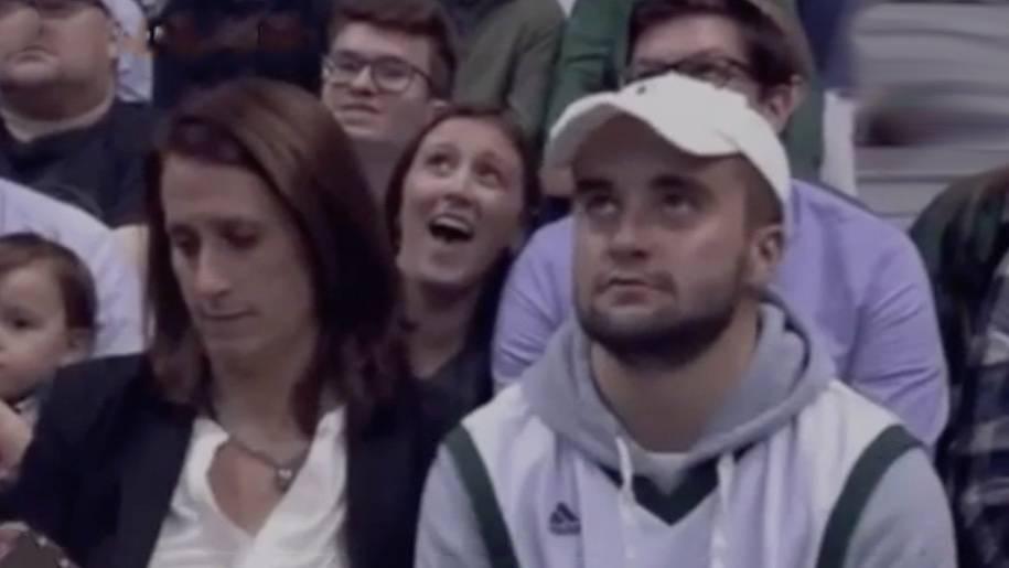 Peinlicher Moment: Diese Kiss-Cam-Aufnahme bringt ein ganzes Stadion zum Lachen