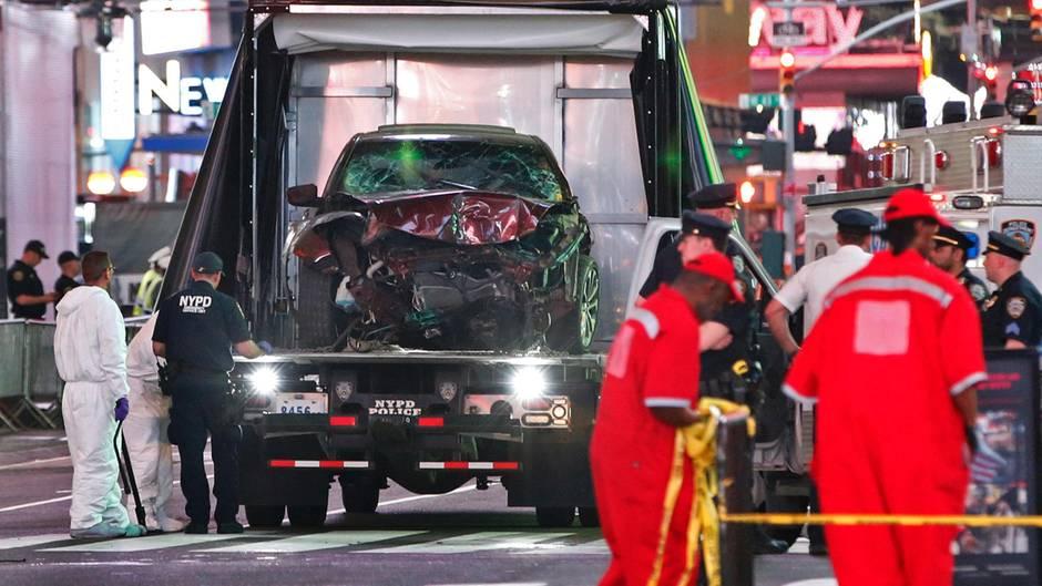 New York: Beamte transportieren den Unfallwagen ab
