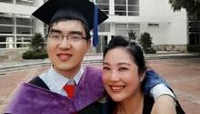 Ding Ding mit seiner Mutter bei seiner Graduation an der Universität Peking im Jahr 2015
