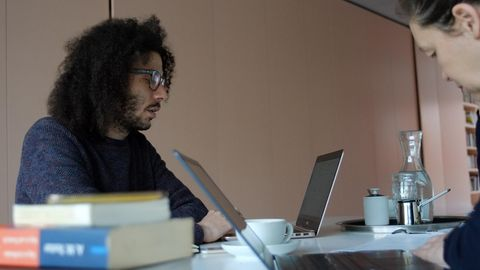 Der aus Syrien geflohene Autor Rami Al-Asheq bespricht sich mit seiner Kollegin Monika Rink