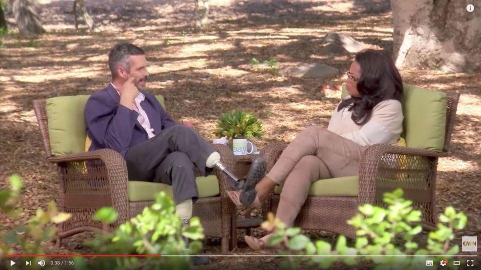 Ein Arzt sitzt US-Moderatorin Oprah Winfrey gegenüber und spricht über den Tod