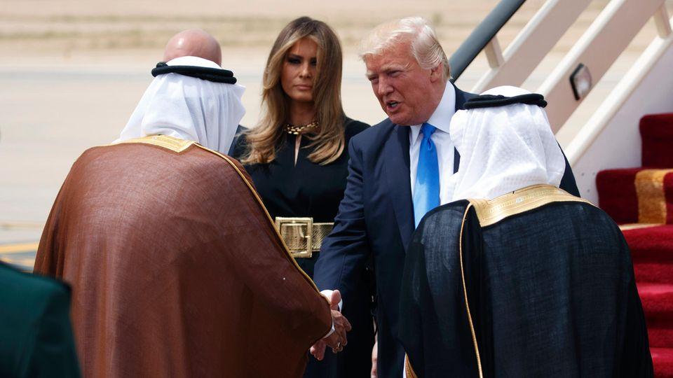 König Salman empfängt Donald und Melania Trump auf dem Roten Teppich am Flughafen in Riad.