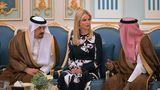 """Twitter-Nutzer Rakan al-Atibi schrieb auf Arabisch:""""Wir sollten unsere Beziehungen mit Trump verbessern und seiner Tochter viele Investitionen garantieren, damit sie unser Land häufiger besucht."""" Die beiden Herren versuchen, den Vorschlag des Twitterers (nicht im Bild) umzusetzen."""