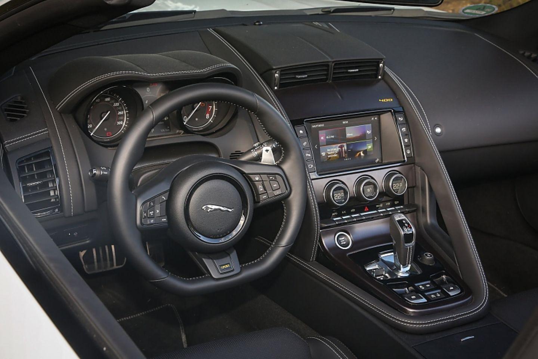 Jaguar F Type 400 Sport Cabrio AWD - das Cockpit mit Licht und Schatten