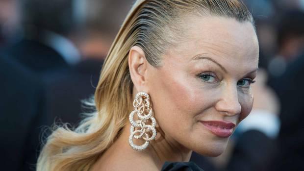 Pamela Anderson mit Maskengesicht in Cannes