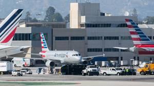 Boeing 737 rammt Fahrzeug am Flughafen ins Los Angeles