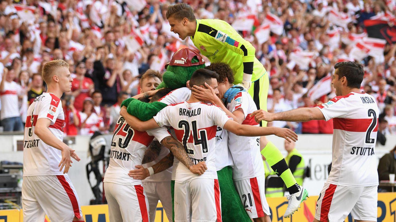 Jubeltraube der Spieler des VfB Stuttgart - Der Verein kehrt zurück in die 1. Liga