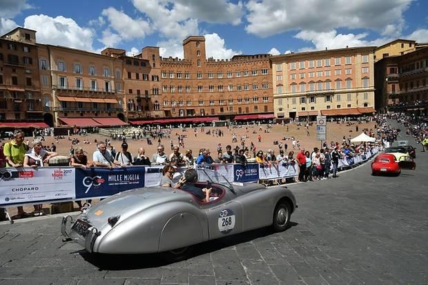 Die Durchfahrt auf der großen Piazza von Siena ist jedes Jahr eines der Highlights.