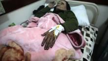 Eine ältere Frau wird in einem Krankenhaus im Jemen behandelt. Die WHO zählt immer mehr Cholera-Erkrankungen.