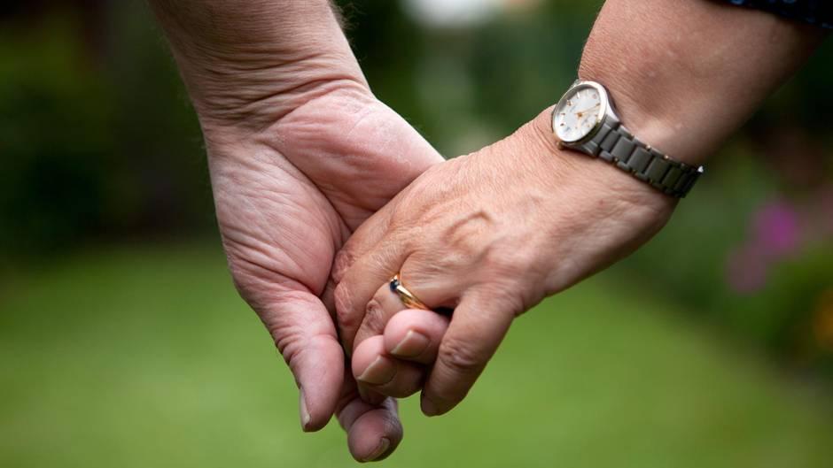 Ein Paar hält sich an den Händen, ein Ehering ist zu sehen. Die Grünen schlagen eine Alternative zur Ehe vor.
