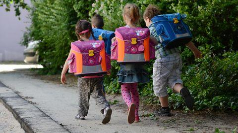 Vier Kinder in Berlin auf dem Schulweg
