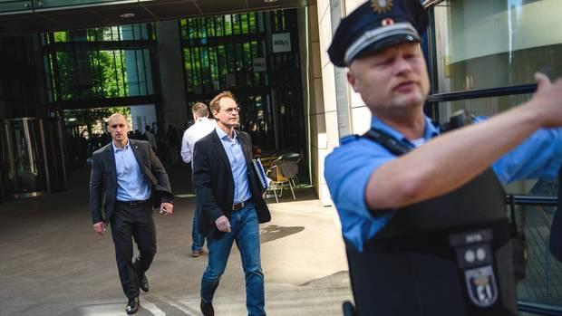 Auch der Bürgermeister muss raus: Michael Müller (SPD) verlässt während des Polizeieinsatzes das Willy-Brandt-Haus in Berlin