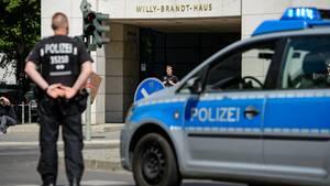 Polizisten sperren in Berlin eine Kreuzung vor der SPD-Parteizentrale
