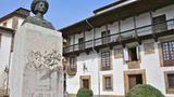 Villaviciosa, dieKapitale des Apfels  Das propere Villaviciosa liegt am Fluss gleichen Namens inmitten der fruchtbarsten Landschaft Asturiens. Wichtigstes Produkt ist der Apfel und der Schaumwein, der aus ihm gewonnen wird. Mit einigem Aufwand gedenkt die Kleinstadt der Tatsache, dass der Mantel der Weltgeschichte sie vor 500 Jahren gestreift hat. Im September 1517 betrat der Habsburger Carlos I. als erster König Gesamtspaniens in Tazones, einem zu Villaviciosa gehörenden Hafenort, den Boden seines neuen Reiches. Als Kaiser Karl V. herrschte er wenig später über ein Reich, in dem die Sonne nicht unterging.
