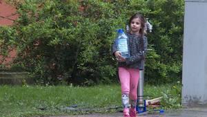Wasser holen vom Hydranten: Für 350 Bewohner im Delmenhorster Wollepark kommt seit Anfang April nichts mehr aus der Leitung.