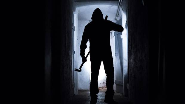 Ein fiktiver Einbrecher läuft im Keller eines Wohnhauses. Die Polizei in München hat einen Einbrecherclan gefasst. (Symbolbild)