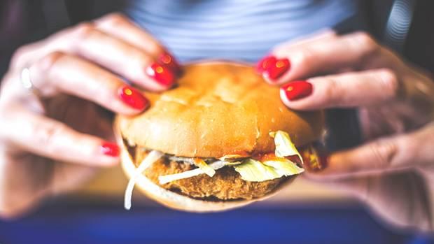 Leider lecker: Burger, dick belegt mit einem Patty und Majo