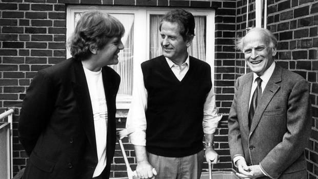 Kann auf Krücken im Juli 1987 wieder laufen: Uwe Barschelmit Justus Frantz und Yehudi Menuhin