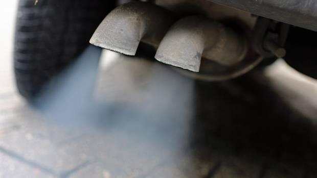 Abgase aus einem Diesel-Fahrzeug - Fahrverbote führen zu hohem Wertverlust bei Gebrauchtwagen