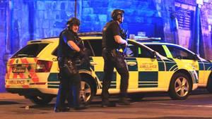 Schwer bewaffnete Polizisten sichern nach der Explosion die Manchester Arena