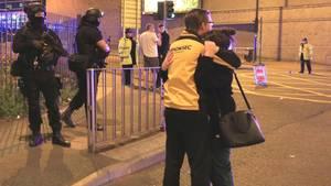 Ein Paar umarmt sich vor der Manchester Arena
