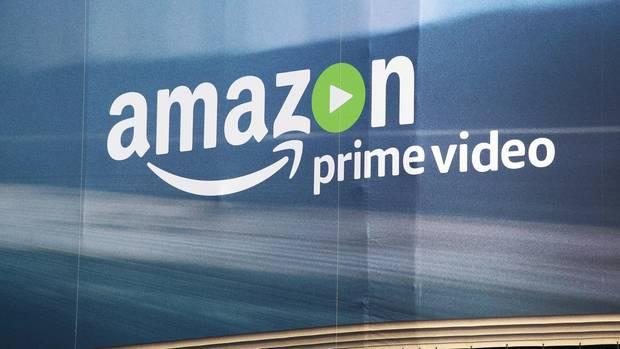 Das Logo von Amazon Prime Video auf einem Großplakat in Berlin