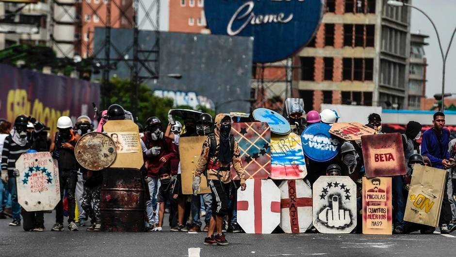Caracas, Venezuela. Oppositionelle haben sich mit Schutzschilden ausgerüstet, um auf die nächste Auseinandersetzung mit der Polizei vorbereitet zu sein. Die Proteste gegen die Regierung Maduro halten in dem von einer extremen Wirtschaftskrise gebeutelten Land unvermindet an; es gab bereits zahlreiche Tote. Ein Ende der Krise ist nicht abzusehen. Ein Tag der Gewalt folgt auf den nächsten.