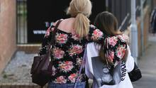Eine Mutter verlässt mit ihrer 14 Jahre alten Tochter das Park-Inn-Hotel, wo sie nach dem Anschlag Zuflucht gefunden hatten