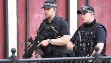 Bewaffnete Polizisten nahe der Manchester Arena auf Patrouille