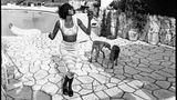 Naomi Campbell mit den Hunden Mick und Bono 1993 in Cap d'Antibes