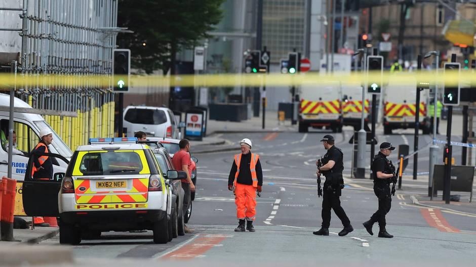 Polizisten riegeln am Tag nach dem Anschlag die Manchester Arena ab