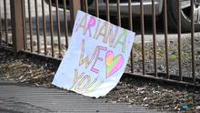 Vor dem Konzertsaal in Manchester liegt ein mit bunter Schrift beschriebenes Schild