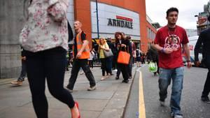 Menschen verlassen das Arndale-Einkaufszentrum in Manchester