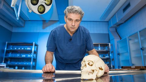 Deutschlands bekanntester Rechtsmediziner erklärt seine spannendsten Fälle