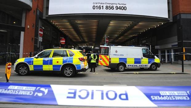 Polizeifahrzeuge stehen nach der Evakuierung vor dem Einkaufszentrum Arndale in Manchester.