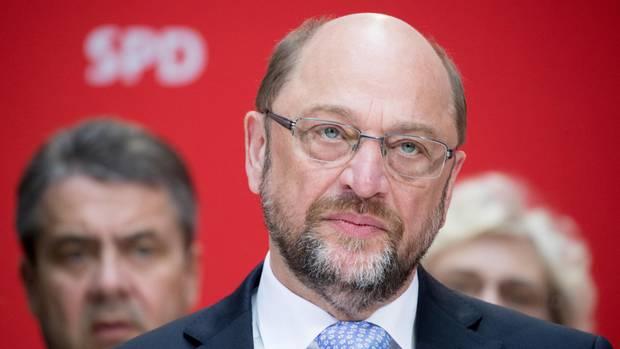 Martin Schulz, links hinten sein Vorgänger Sigmar Gabriel - Die SPD muss den Wahlkampf endlich aufnehmen