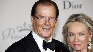 Roger Moore mit seiner Ehefrau Cristina Tholstrup