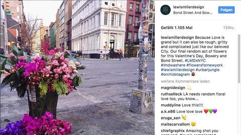 Ein Blumenstrauß liegt in einem Mülleimer in New York.
