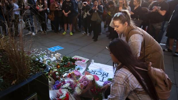 Am Tag nach dem Anschlag in Manchester gedenken die Menschen in der britischen Stadt der Opfer