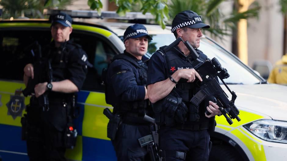 Bewaffnete Polizisten bewachen auf dem Albert Square in Manchester die Mahnwache für die Opfer des Terroranschlags
