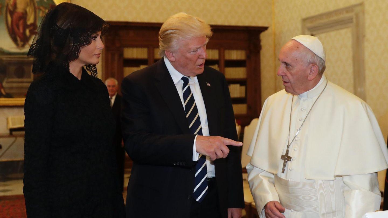 Melania Trump mit ihrem Mann Donald und Papst Franziskus (v.l.)