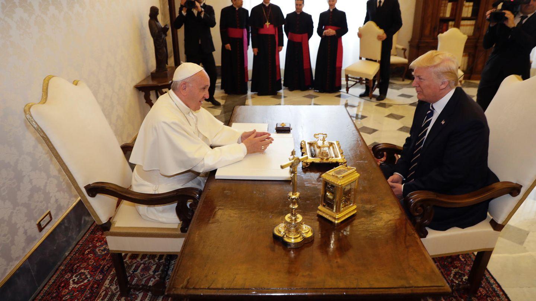Papst Franziskus (in Weiß) mit US-Präsident Donald Trump