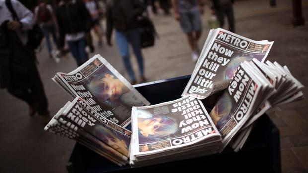 In Manchester liegen Zeitungen zum Terroranschlag auf das Konzert von Ariana Grande aus