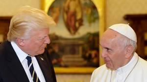 Kritische Blicke: US-Präsident Donald Trump und Papst Franziskus bei ihrem Treffen im Vatikan.