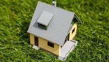 Ein kleines Modellhäuschen steht auf einer Rasenfläche (Symbolfoto)