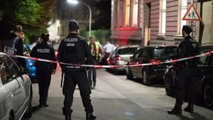 In einem Wohnheim in Wuppertal-Elberfeld hat ein Spezialkommando der Polizei drei Leichen gefunden.