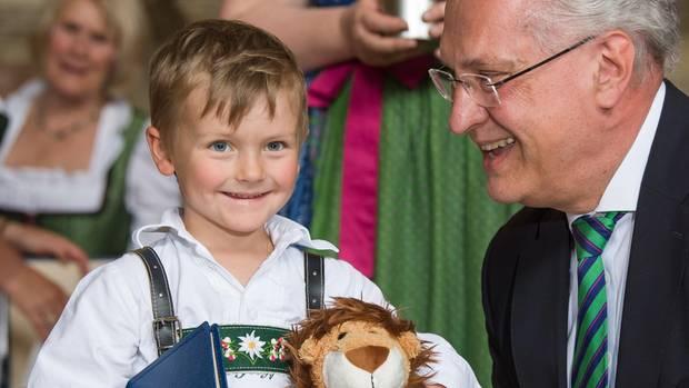 Der fünfjährige Tobias aus Saulgrub, Bayern, wurde vom bayerischen Innenminister Joachim Herrmann mit der Christophorus-Medaille ausgezeichnet