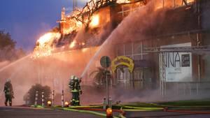 Feuerwehrleute bekämpfen einen Großbrand in Wedel bei Hamburg
